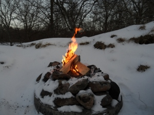 Lägereld i snö