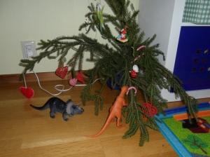 Dinosaurierna undersöker lillebrors rum och provsmakar granriset.
