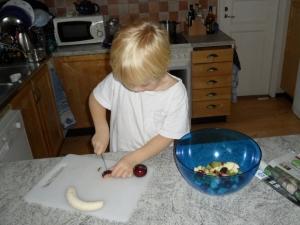 Lillen gör fruktsallad, på den tiden jag var duktigare på att engagera dem i hushållsarbete.