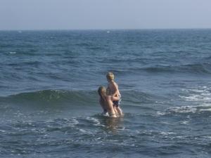 Vågor är härliga, men gör vattnet strömt och bitvis djupt.