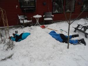 Bästa stunden i snögrottebygget, när man når varandra i mitten!